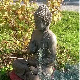 un bouddha équilibre la forme de la maison