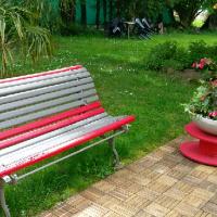 Le banc du jardin invite au repos, à la contemplation.