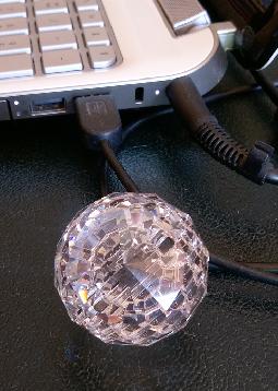 une boule à facettes près de l'ordinateur