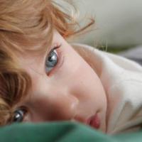 Votre enfant ne veut pas s'endormir, il a peur la nuit.