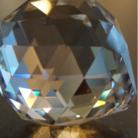 L'action du cristal à facettes dans votre habitat.