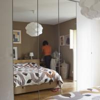 Chambre à coucher Feng Shui, les miroirs le long du lit.